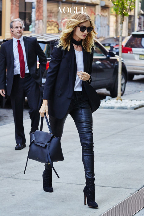 또 다른 섹시 아이콘 로지 헌팅턴 휘틀리도 빼놓을 수 없죠. 흰 티에 가죽 바지, 깔끔한 재킷을 매치하는 게 그녀의 대표적인 스타일이니까요.