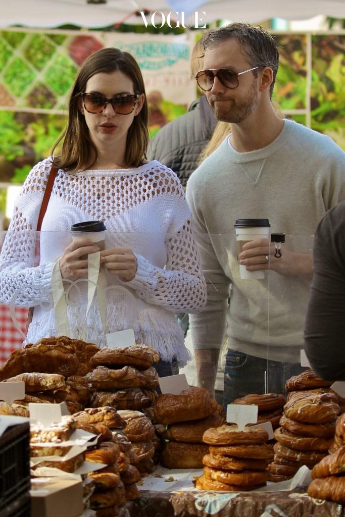 """""""나 살 좀 찐 거 같지 않아?"""" : 그래도 당신 눈에는 지금 이순간이 제일 예쁘다고 말해. 나도 살찐 거 아니까 호들갑 떨면서 """"아니? 말랐는데?"""" 이런 말은 하지마. 역효과 나니까. 경고_살찌지 않았다는 증거로 뭘 먹이려고 했나요? 당신, 섣부르군요. 그녀가 다이어트하는 중이라면 괜시레 불똥 튀었을텐데. Anne Hathaway and Adam Shulman"""