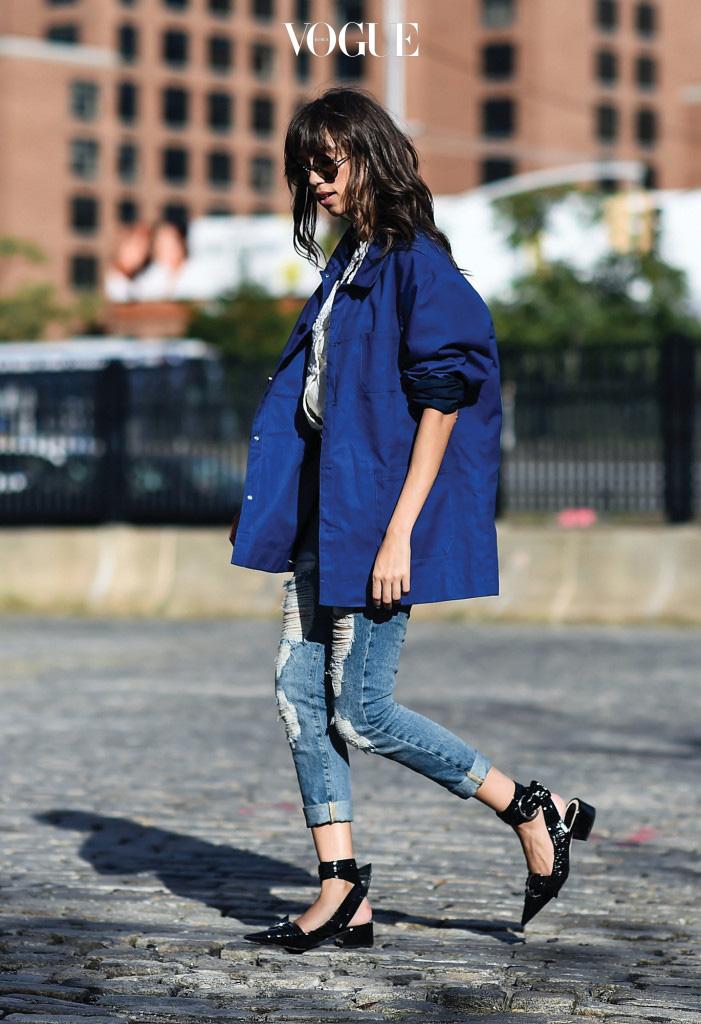 실용성으로 많은 사랑을 받고 있는 작업복 재킷. 이번 뉴욕 패션 위크 때 빌 커닝햄을 기리는 의미로 패션 피플과 사진가들이 블루 재킷을 입기도 했다.