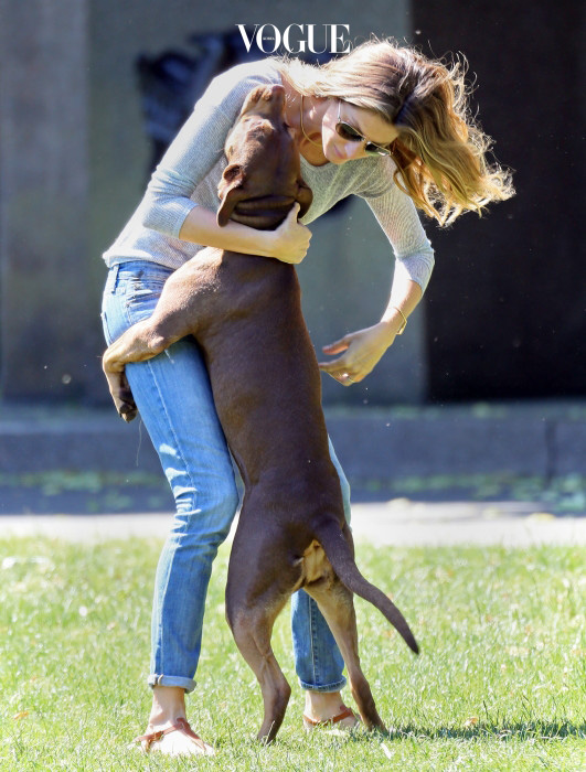 Gisele Bundchen dances with her dog Lua in a Boston park today. Pictured: Gisele Bundchen Ref: SPL782206  150614   Picture by: James Haynes/ Splash News Splash News and Pictures Los Angeles:310-821-2666 New York:212-619-2666 London:870-934-2666 photodesk@splashnews.com