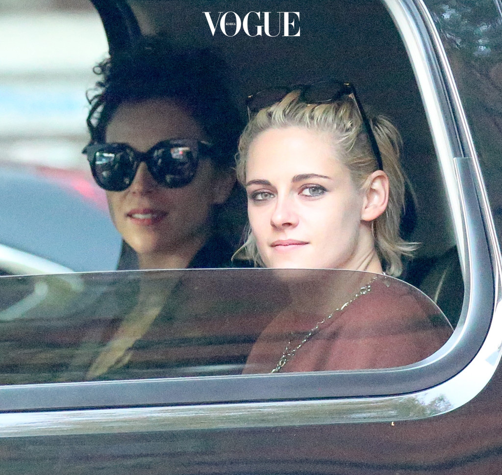 EXCLUSIVE: Kristen Stewart and St. Vincent are spotted heading to the airport in New York City Pictured: Kristen Stewart and St. Vincent Ref: SPL1375280  171016   EXCLUSIVE Picture by: Felipe Ramales / Splash News Splash News and Pictures Los Angeles:310-821-2666 New York:212-619-2666 London: 870-934-2666 photodesk@splashnews.com
