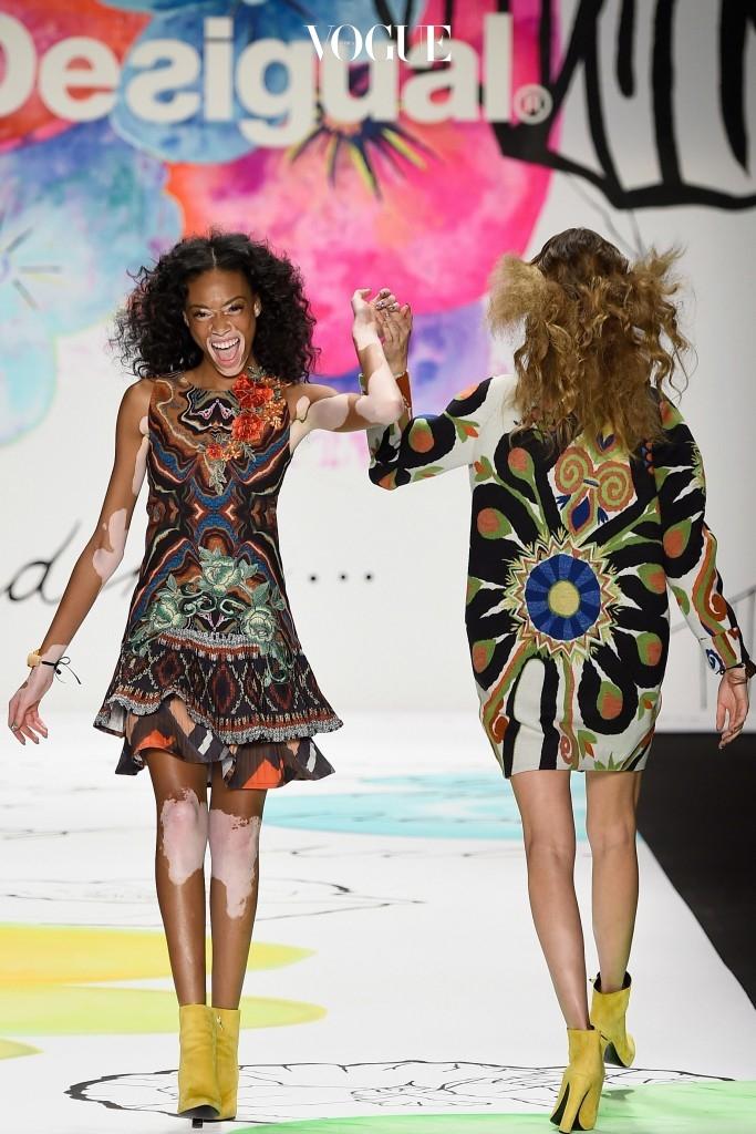 그녀의 독보적인 아우라는 곧 패션계에 지각변동을 일으켰습니다. 브라질 모델 아드리아나 리마(Adriana Lima)와 함께 패션 브랜드 데시구엘(Desigual)의 뮤즈로 발탁되더니,