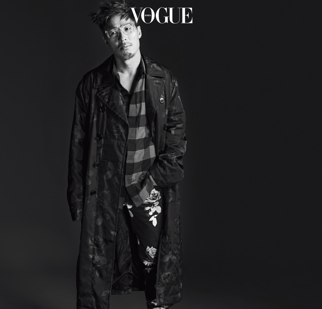 코트와 셔츠, 데님 팬츠는 디올(Dior), 안경은 뮤지크(Muzik).