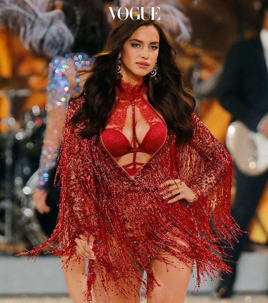 Irina Shayk shows off a fuller figure after announcing that she's pregnant at the 2016 Victoria Secret Fashion Show in Paris, France Pictured: Irina Shayk Ref: SPL1402858  021216   Picture by: Jackson Lee / Splash News Splash News and Pictures Los Angeles:310-821-2666 New York:212-619-2666 London: 870-934-2666 photodesk@splashnews.com