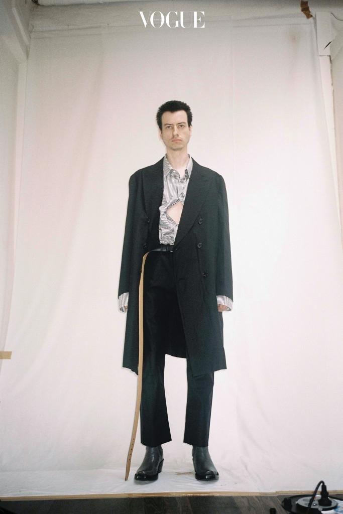 검은색 코트를 입은 팔코 니켈