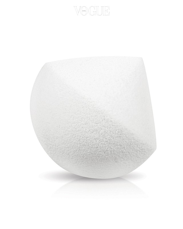 랑콤의 다이아몬드 스펀지 피부 속부터 빛나는 자연스러운 광채를 위한 제품. NBR 소재와 45°각도로 디자인되어 파운데이션을 촘촘하게 밀착시킬 수 있습니다.