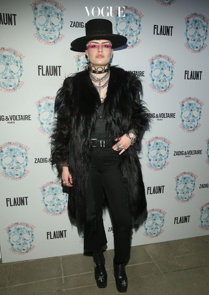 LA에서 태어나 자란 쿠바는 이제 열 여덟 소녀지만, 그 '포스'만큼은 웬만한 성인을 넘어선다. 항상 고수하는 짧게 자른 머리와 눈썹 아래를 은빛으로 그리는 메이크업이 큰 역할을 하는 셈. 여기에 닥터 마틴과 가죽 재킷 등으로 완성하는 '어둠의 포스'를 담은 패션 센스로 한 몫 한다.