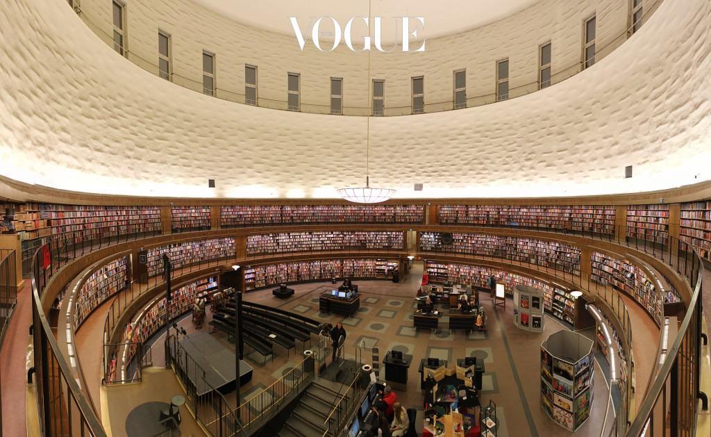 """""""북유럽 여행을 계획하고 있다면 1920년대에 완공된 스톡홀름 시립 도서관에 꼭 가보세요. 스웨덴의 아름다운 건축 양식을 한눈에 확인할 수 있답니다."""""""
