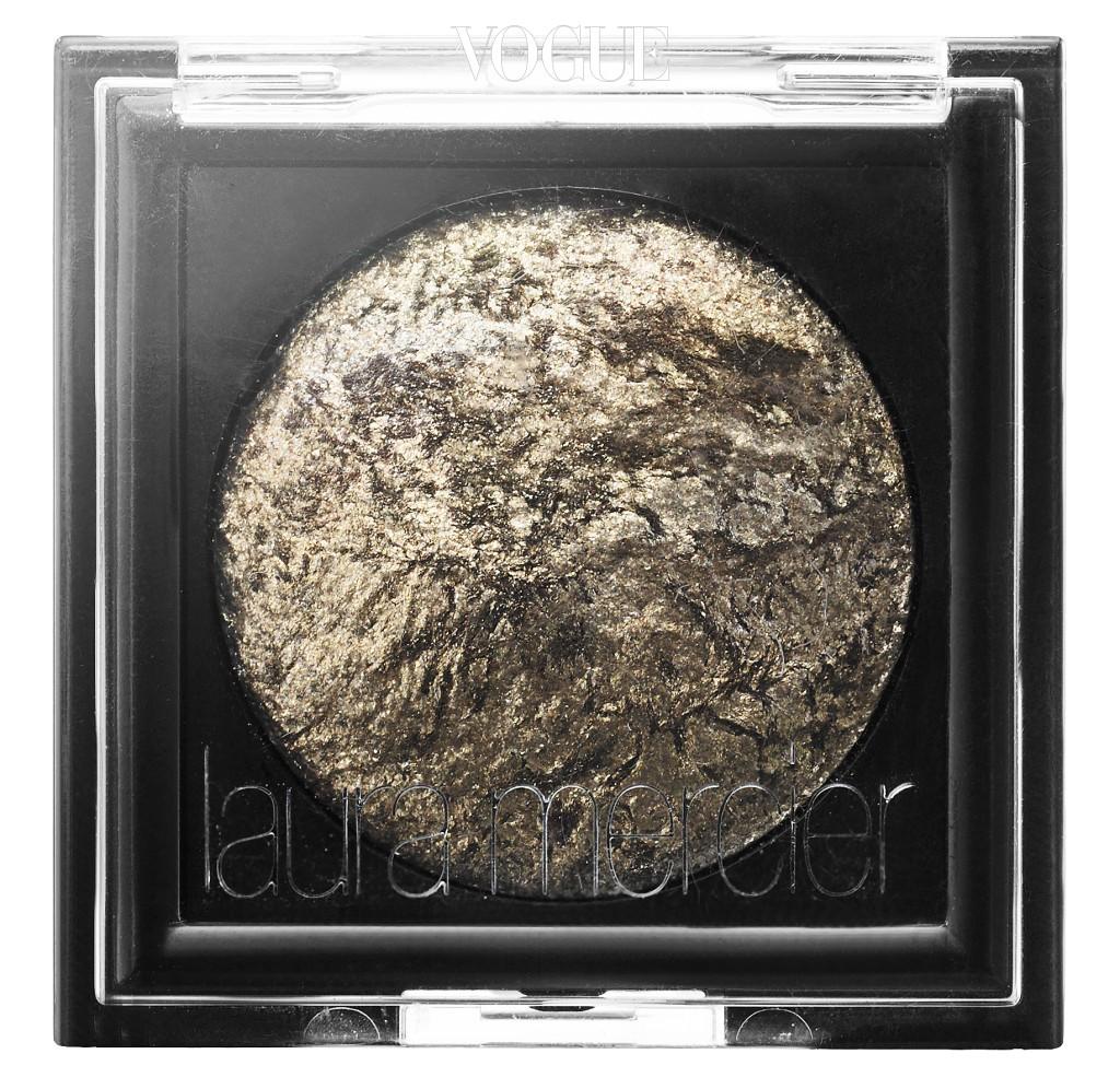 섬세한 크리스탈 입자 함유로 눈매를 화려하게 물들여주는 로라 메르시에의 '베이크드 아이컬러' 블랙 캐럿 색상.