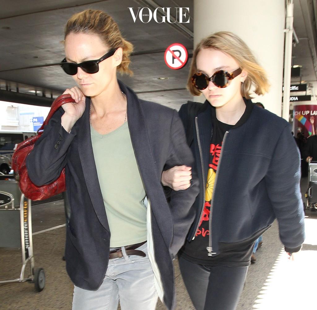 민낯에 선글라스, 블랙 재킷을 입고 나란히 공항 출국장으로 들어서는 모녀. 바네사 파라디와 딸 릴리 로즈 뎁이다