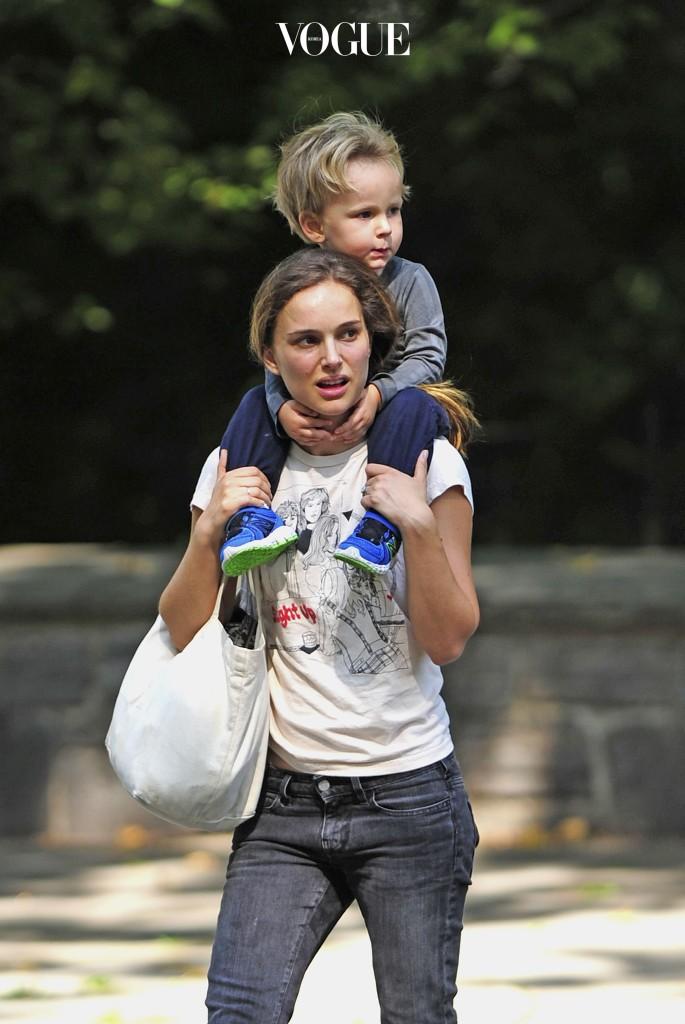 나탈리 포트만이 아들 알레프를 목마태운채 걷고 있습니다. 영화 의 무용 감독이었던 벤자민 밀레피드와 결혼해 낳은 첫 아들!