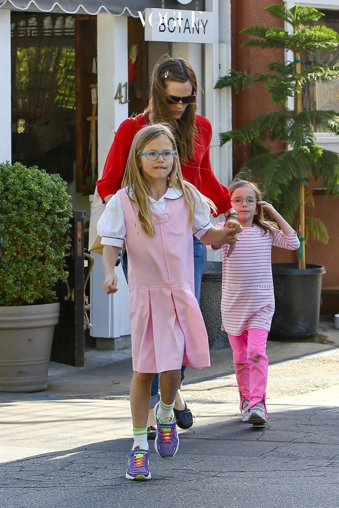 제니퍼 가너와 맷 데이먼의 사랑스러운 두 딸! 세 모녀가 손에 손을 잡고 어딘가로 달려갑니다
