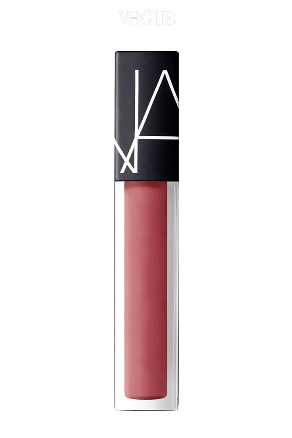 나스의 2016 효자 상품은 립글로스처럼 부드럽게 발리고 보송보송하게 마무리되는 나스 '벨벳 립 글라이드'. 그 중 제일은 사랑스러운 로즈 핑크의 바운드 컬러.