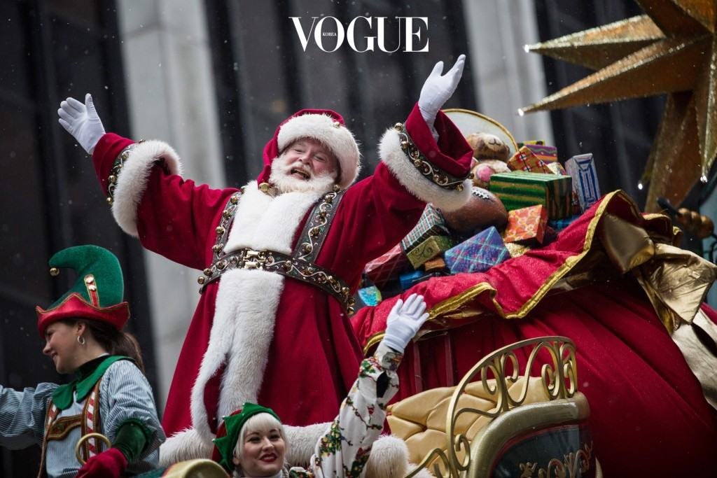 NEW YORK, NY - NOVEMBER 27:  Santa Claus waves to the crowd during the Macy's Thanksgiving Day Parade on November 27, 2014 in New York City. The annual tradition marks the start of the holiday season.  (Photo by Andrew Burton/Getty Images)