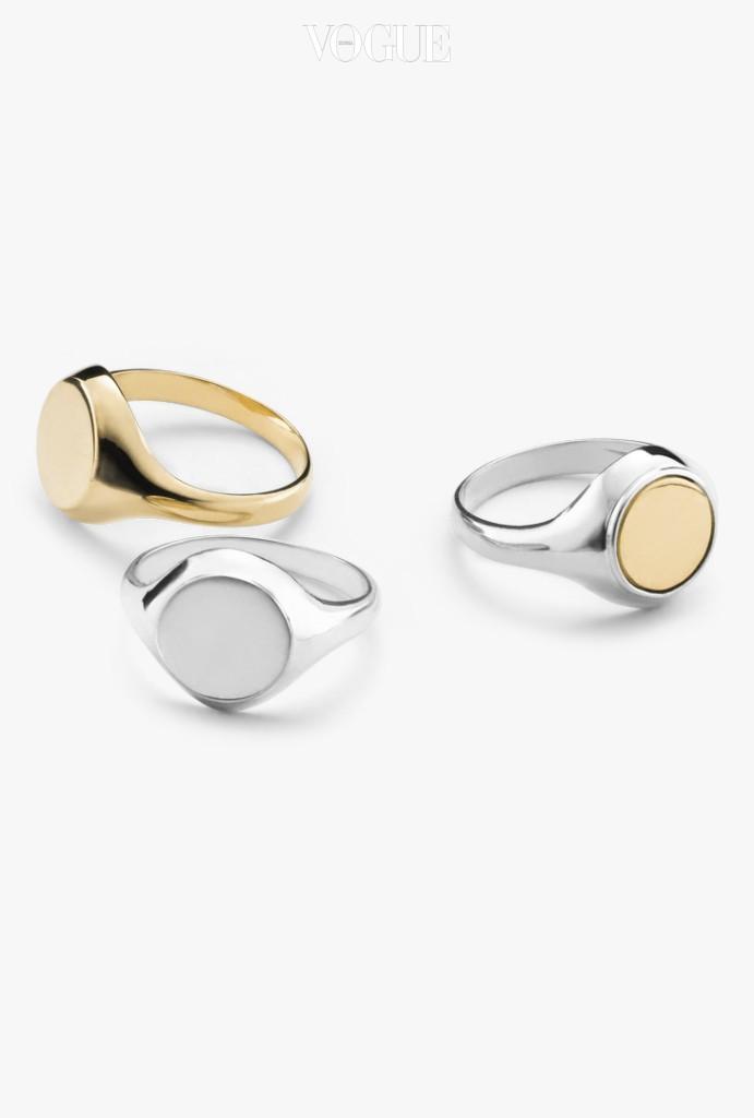 심플한 인장 반지. 아무런 무늬 없이 그대로 착용해도 깔끔하다. 원하는 문구나 무늬를 새겨주기도.