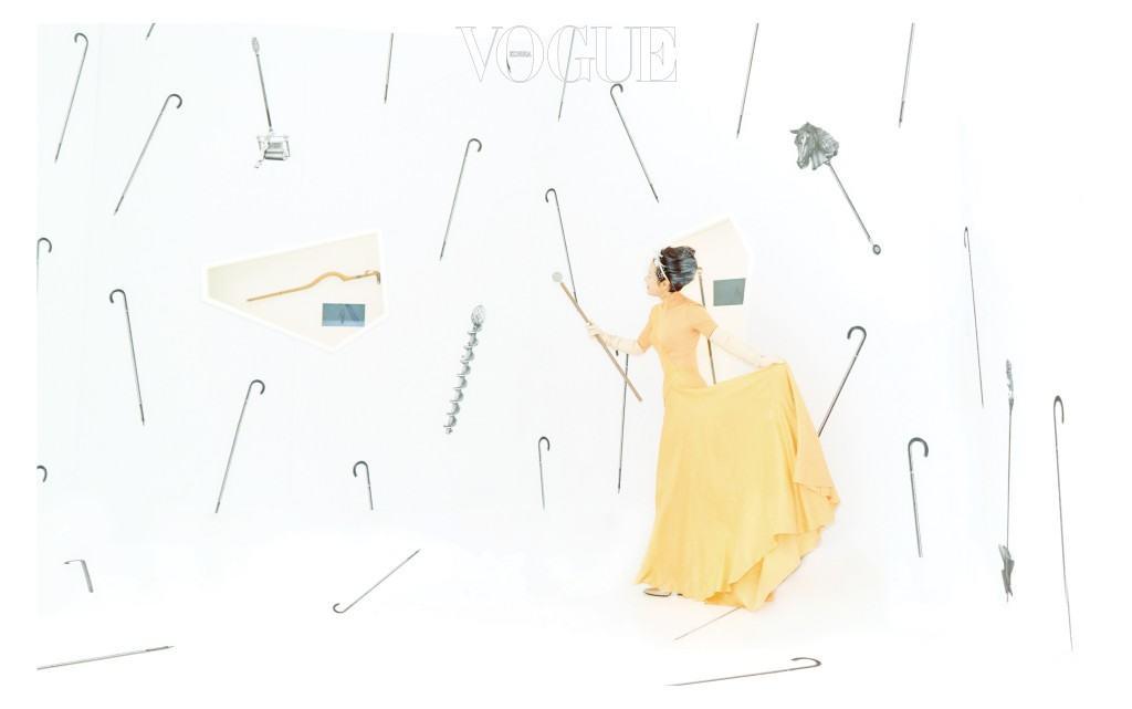 턱시도 수트는 김서룡(Kimseoryong), 하이톱 페도라는 스타일리스트 소장품.(왼쪽) 터틀넥 드레스와 청키한 굽의 펌프스는 에르메스(Hermès), 베일 장식 헤어피스는 고요다(Goyoda), 레더 글러브는 스타일리스트 소장품. 유니크한 공간은 디뮤지엄의 에르메스 전시  중 지팡이 아카이브를 전시한 공간.(오른쪽)