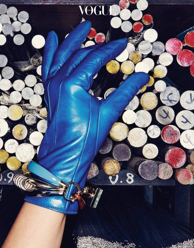 부드러운 나파 가죽으로 만든 파란 장갑은 코치(Coach), 여러 형태로 착용 가능한 뱅글은 디올(Dior).