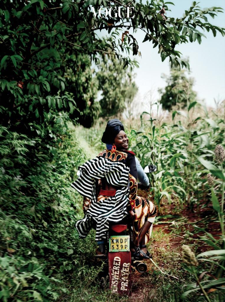 드레스는 지방시 바이 리카르도 티시(Givenchy by Riccardo Tisci),  귀고리는 티파니(Tiffany&Co.), 샌들은 3.1 필립 림(3.1 Phillip Lim).
