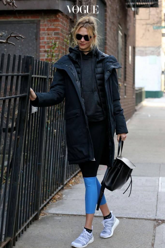 칼리 클로스 Karlie Kloss 패셔니스타 운동 매니아의 시크리트 팁? 전천후 아이템인 초커를 활용해 스타일리시한 매력을 더하는 것.
