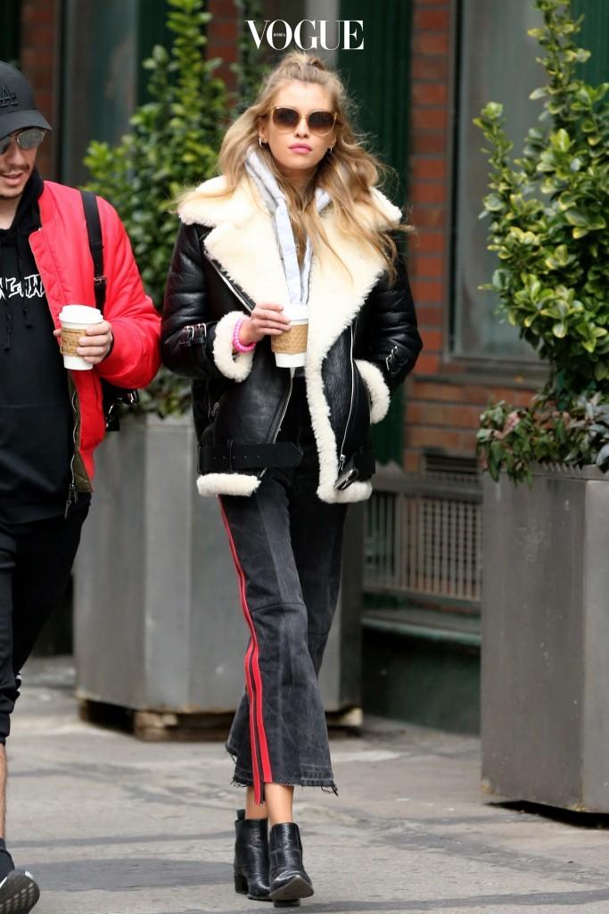 스텔라 맥스웰 Stella Maxwell 트렌드세터들의 잇 아이템인 옆에 라인이 들어간 팬츠에 무톤 재킷을 매치해 패셔너블한 피트니스 룩 완성!