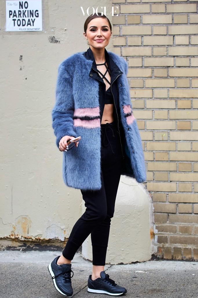 올리비아 컬포 Olivia Culpo 한겨울, 간편하게 운동복을 드레스업하는 비결은? 바로, 컬러풀한 페이크 퍼 코트 같은 매혹적인 아우터를 매칭하는 것.