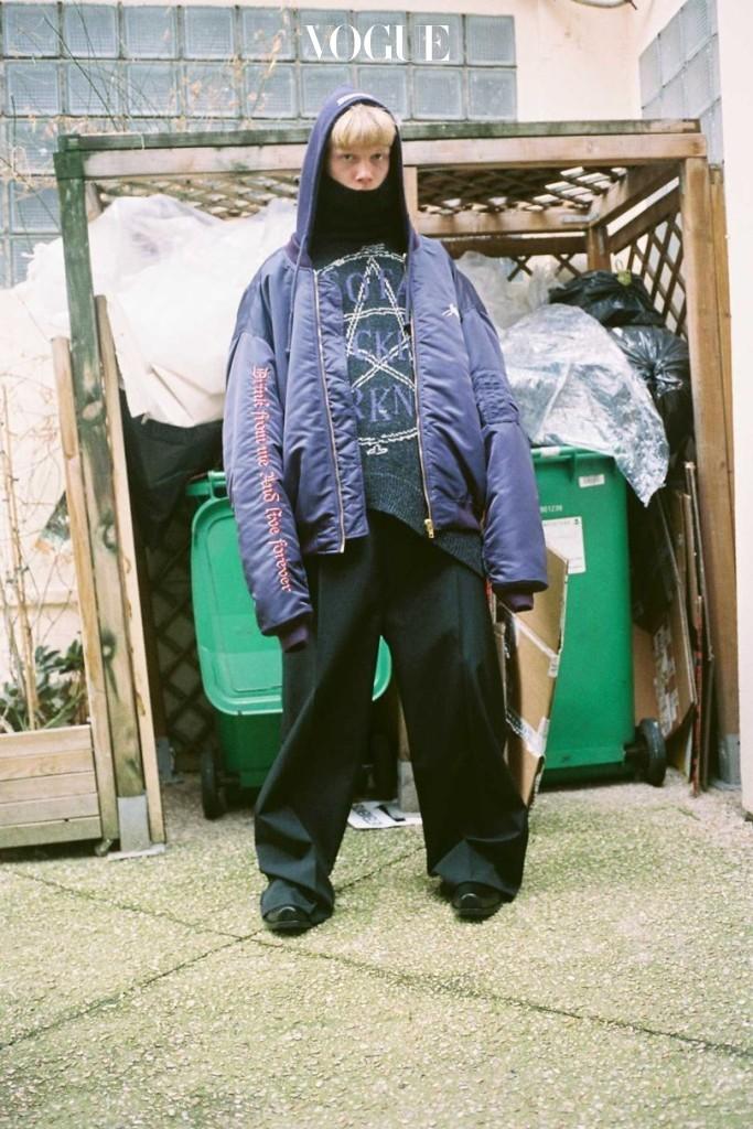 Autumn/Winter 2016-17 쇼 백스테이지에서 찍은 베트멍의 시그너처 룩.