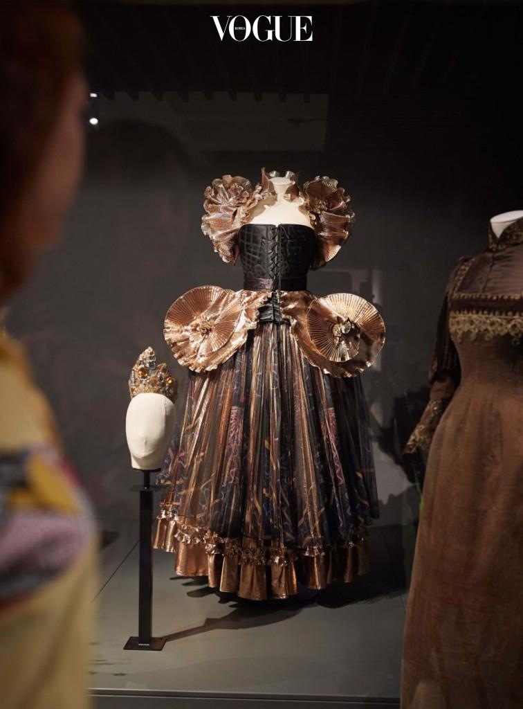 """런던의 바비칸 갤러리에서 진행 중인 """"The Vulgar: Fashion Redefined"""" 전시는 시대에 따라 변해가는 패션을 탐구한다. 전시는 2017년 2월 5일까지."""