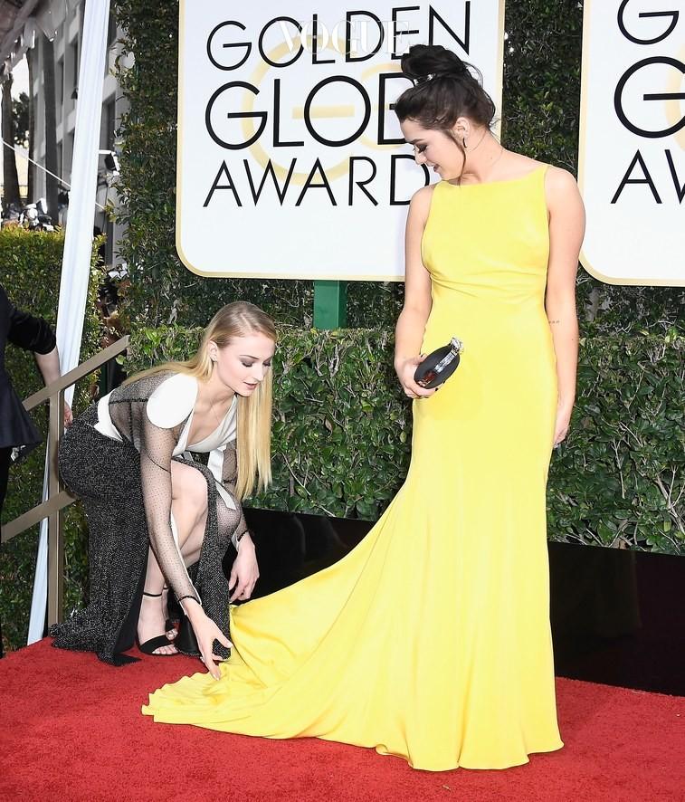 며칠전 열린 골든 글로브 시상식에서 여배우 메이시 의 드레스의 매무새를 만져주던 그녀!
