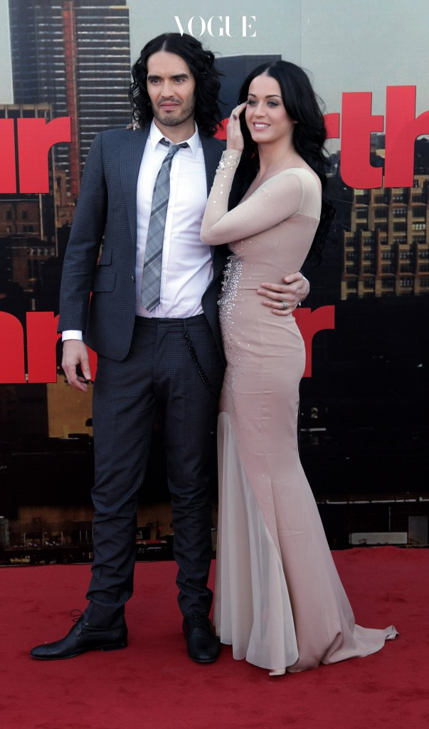영화배우이자 코미디언인 러셀 브랜드와 가수 케이티 페리.  달콤한 애정행각도 잠시, 지난 2012년 결혼 1년 2개월만에 이혼을 하게되었죠.
