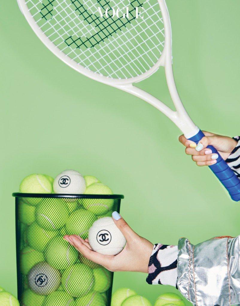 호랑이 무늬 맨투맨은 겐조(Kenzo), 메탈릭 소재 코트는 프라다(Prada), 테니스공과 라켓은 샤넬(Chanel).
