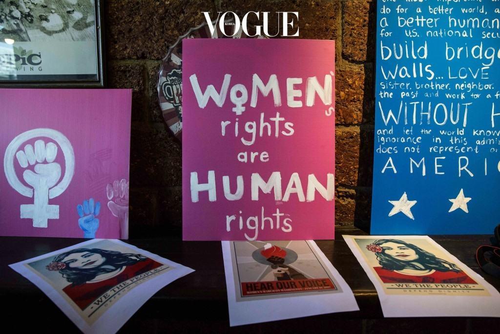 """그리고 이중 가장 대표적인 캐치프레이즈인 """"Women's rights are human rights"""", 이것은 힐러리 클린턴이 지난 1995년 베이징에서 있었던 U.N. Fourth World Conference on Women 연설 때 했던 말이죠."""