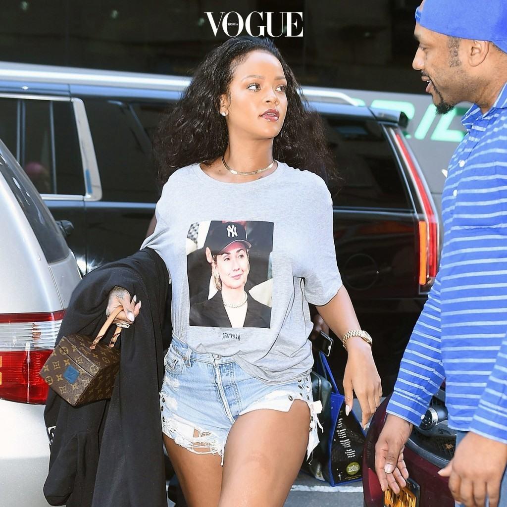 미국 대선과 맞물려 서서히 폭발하기 시작한 페미니스트 사상은 힐러리 얼굴을 프린팅한 티셔츠를 입고 그녀를 지지하는 공인들을 통해 더욱 폭발했습니다. 리한나 Rihanna