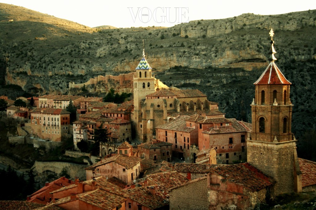 알바라신 Albarracín, SPAIN 스페인에서 가장 아름다운 마을로 손꼽히는 곳. 해발 2천미터 이상에 위치한 깊은 협곡의 돌산 안에 세워진 마을로, 중세시대 고즈넉한 건물이 마치 시간 여행을 한 것 같은 착각을 불러 일으킨다. 마을 내에 자동차가 들어갈 수 없는 친환경 도시.