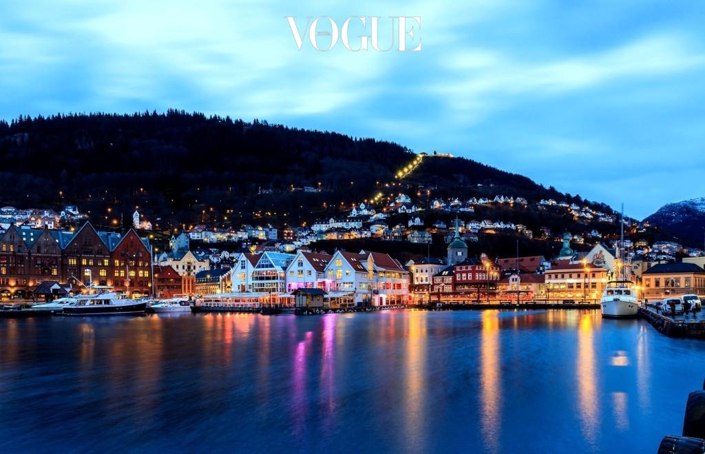 베르겐 Bergen, NORWAY 노르웨이 제 3의 도시이자 가장 중요한 항구 도시. 북유럽 특유의 매혹적인 디자인과 포근한 색감의 집들이 모여 정겨우면서도 매혹적인 이미지를 선사한다. 깎아지른 피요르드의 장엄함을 담은 숲과 바다는 한 폭의 그림.