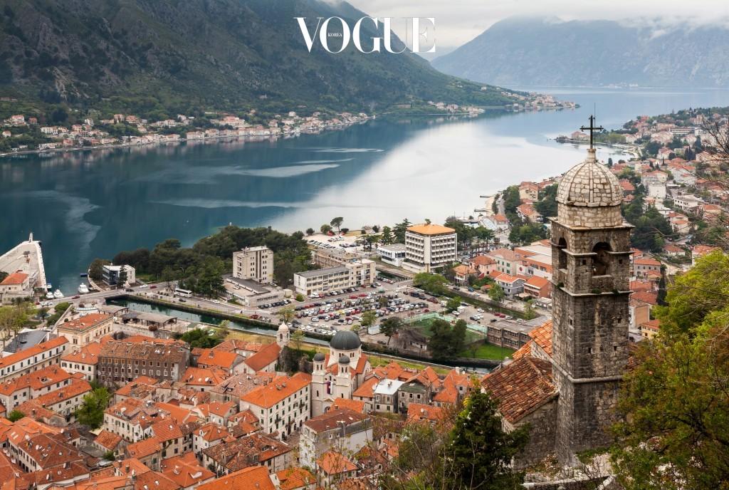 코토르 Kotor, MONTENEGRO 세르비아 몬테네그로 공화국 남부의 항만 도시. 아드리아 해 연안 발칸반도에 위치한 이곳은 '검은산'이라는 뜻처럼 90% 이상이 산악지대로 이루어져 있다. 중세 세르비아 네만리치 왕가에 의해 지어진 성벽과 바다로 둘러싸인 매력적인 곳.