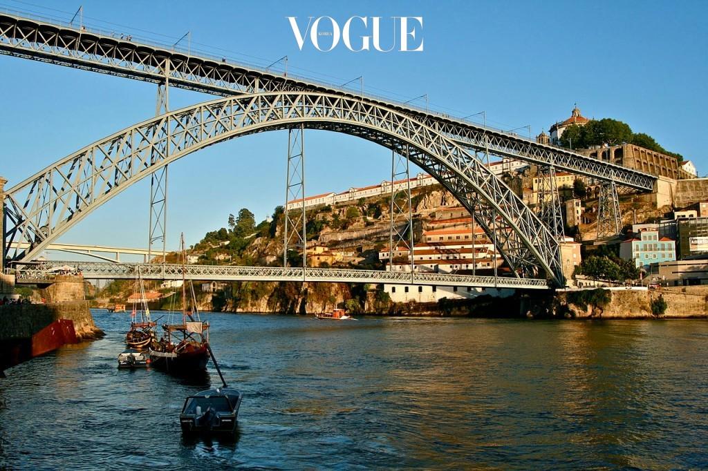 포르투 Porto, PORTUGAL 포르투갈 북부에 위치한, 리스본에 버금가는 제 2의 도시. 수백 년의 전통을 지닌 건축물과 구스타프 에펠의 제자 테오필 세이리그가 만든 철제 다리, 동 루이스 1세의 조화가 아름다운 곳. 해리포터의 배경으로 잘 알려져 있으며, 당도가 높고 쌉쌀한 맛을 지닌 포트 와인의 원산지다.