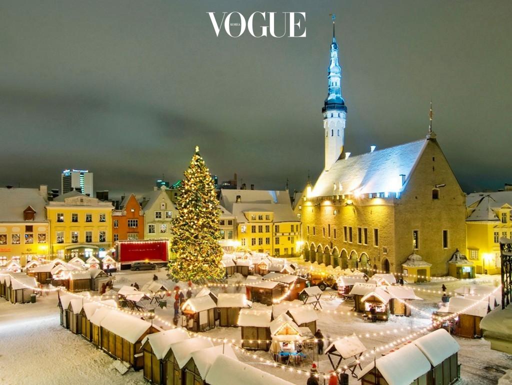 탈린 Tallinn, ESTONIA 에스토니아의 수도, 발트해 핀란드만 연안에 있는 항만 도시. 8백년 이상의 돌담길이 그대로 보존된 구시가지는 북유럽 최고 관광 포인트로 손꼽힌다. 시내를 한 바퀴 도는 데 몇 시간도 채 걸리지 않지만, 시간에 따른 빛의 온도가 달라 매 순간 색다른 매력을 준다.