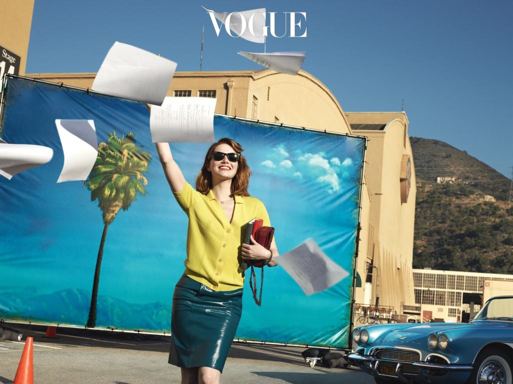 LIGHTS, CAMERA, ACTION!캘리포니아 버뱅크에 위치한 영화  촬영장에서 포즈를 취한 엠마. 노란색 카디건과 치마, 가방은 보테가 베네타(Bottega Veneta). 선글라스는 레이밴(Ray-Ban), 시계는 예거 르쿨트르(Jaeger-LeCoultre).