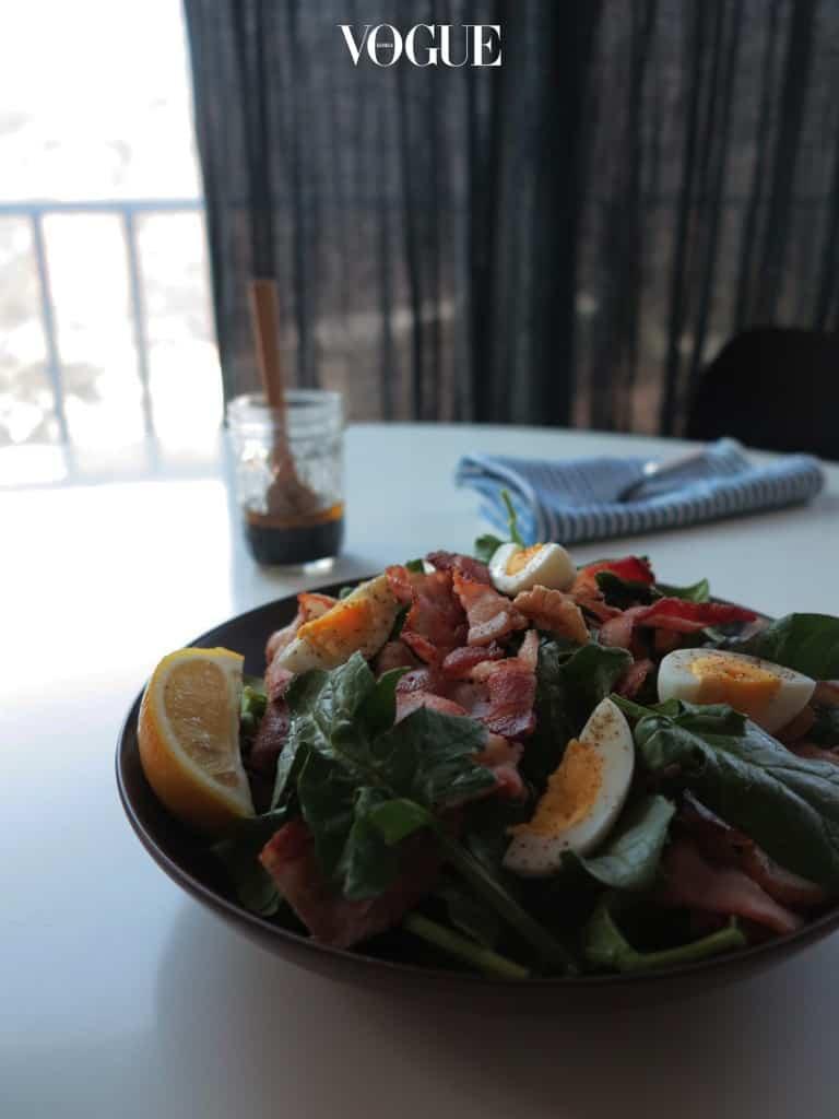시금치는 샐러드의 훌륭한 재료이다. 거칠고 단맛이 강해 씹는 맛이 재미있기 때문이다. 더구나 지금 추운 겨울이 시금치의 단 맛이 가장 좋을 때라서 깨끗하게 씻어 신선하게 먹을 수 있는 샐러드를 자주 올리게 된다.