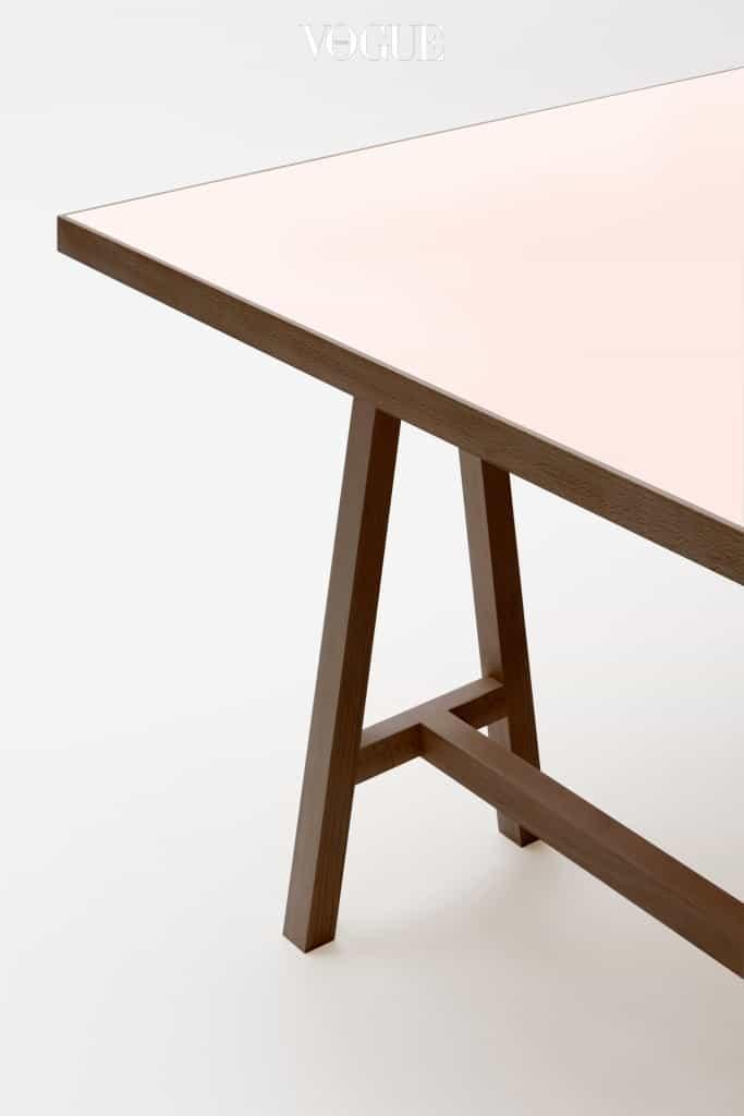 어디로든 쉽게 이동이 가능하고 언제든 원하는 컬러매치를 할 수 있는 작업용 테이블이다. 간단한 구조로 견고하게 제작되어 마음껏 이동시킬 수 있다는 장점은 사무실, 서재, 작업실에 변화의 생기를 불어넣어줄 것이다.