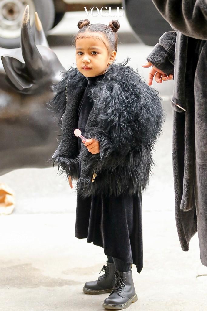 전세계 패션 씬에 지대한 영향을 미치고 있는 아빠 엄마를 둔 덕에 아기일 때부터 독보적인 스타일을 갖게 된 노스 웨스트.