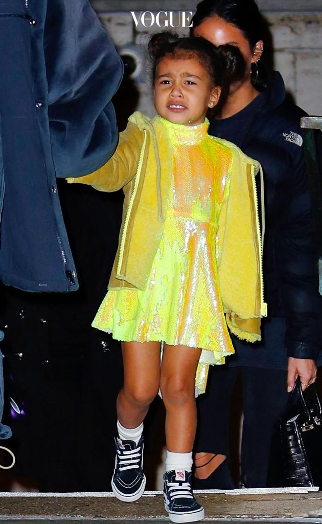 그 첫 번째 공식 데뷔작이 바로 이것! 아빠인 카니예가 내놓은 이지(Yeeze) 라인과 흡사한 디자인의 의상으로 시선을 싹쓸이한 노스 웨스트!그런데 노스 웨스트 못지 않은 패션과 귀여움으로 탄성을 자아내게 하는 스타의 베이비들이 진짜 많다는 것 아십니까?