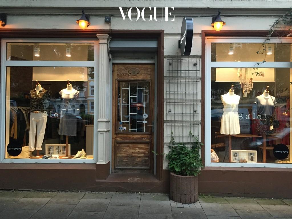 골목 곳곳에 알토나의 무드와 어울리는 숍들이 숨어 있다. 프랑스 브랜드 SESSUN의 페미닌한 옷들과 액세서리, VEJA의 스니커즈 같은 패션 아이템들로 가득한 편집숍 L'EPHEMERE.