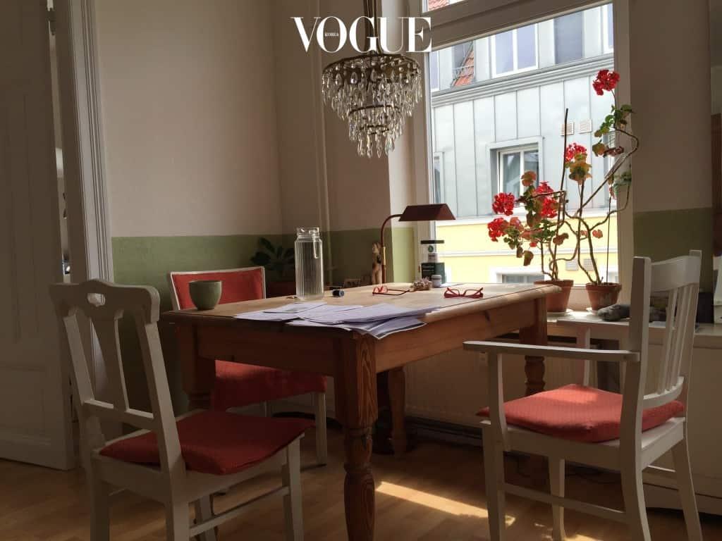 꽃과 의자의 컬러가 화사하게 어울리는 거실의 탁자. 주인과 함께 쓰는 집은 불편할 수도 있지만, 늦은 아침 몇 마디 인사를 나누며 하루를 시작하는 여행길은 더욱 특별하다. Birgid 의 집에서 가장 큰 기쁨을 준 공간이었다.