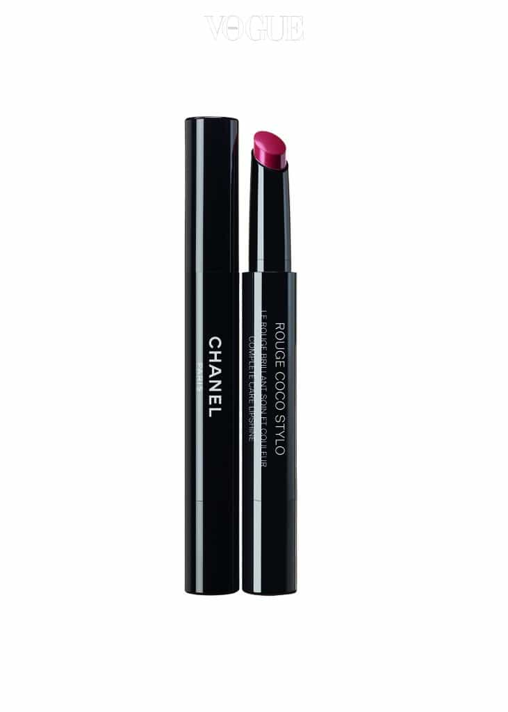 샤넬의 숨은 보석은 길쭉한 펜 타입 립스틱 '루쥬 코코 스틸로' 214호 메시지랍니다. 레드 브라운 컬러라 양 볼에 펴 바르는 즉시 건강한 혈색을 부여하죠.