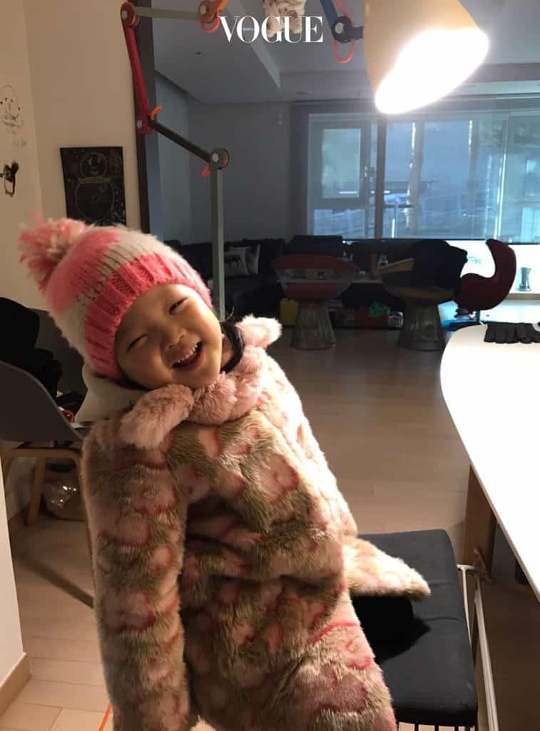언제 봐도 기분 좋은 핑크. 분홍 + 분홍 조화만큼 여자 아이를 사랑스럽게 만들어주는 조합은 없죠. 플라워 패턴이 그려진 페이크 퍼 코트에 따뜻한 니트 모자를 씌우면 하루 종일 밖에서 뛰어놀아도 끄떡 없어요.  코트는 래비티(rabbitti), 모자는 씨드 홍콩(seed hongkong) 제품.