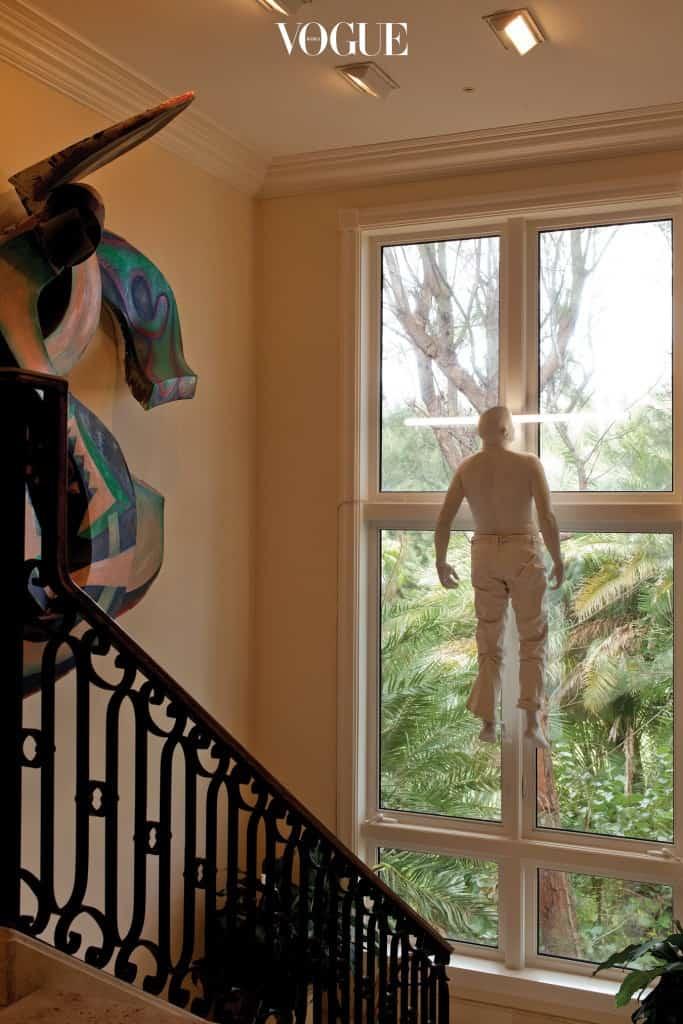 매달린 사람 형상의 작품은 스페인 작가 베르나르디 로이그의 'Untitled'.