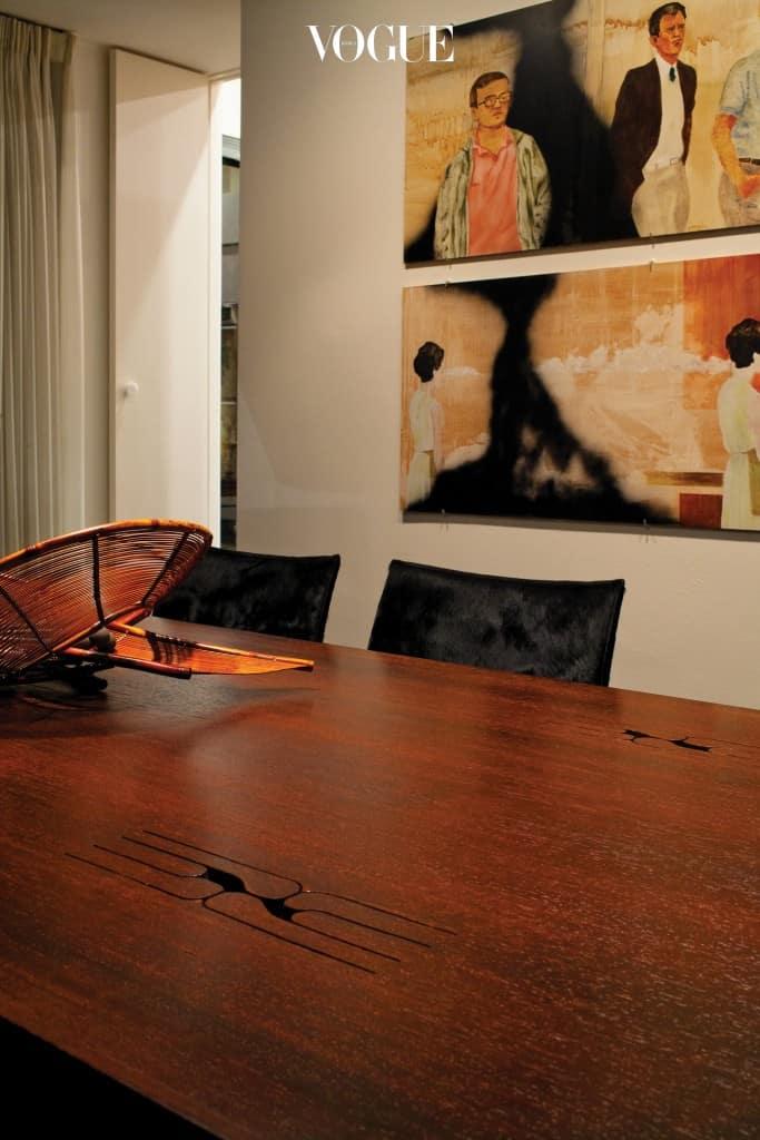 더그 에이큰의 '선 앳 테이블'과 뒤로 보이는 마마 앤더슨의 그림.