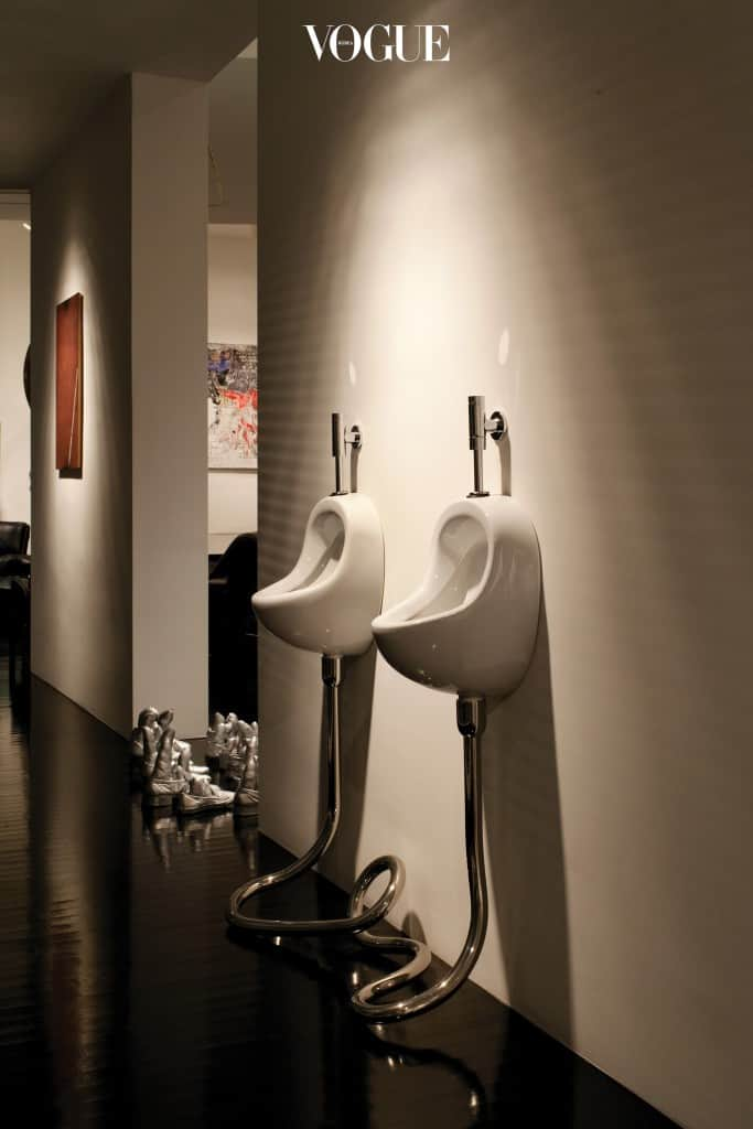 거실에 위트를 더하는 엘름그린 & 드라그셋의 변기 모양 작품.