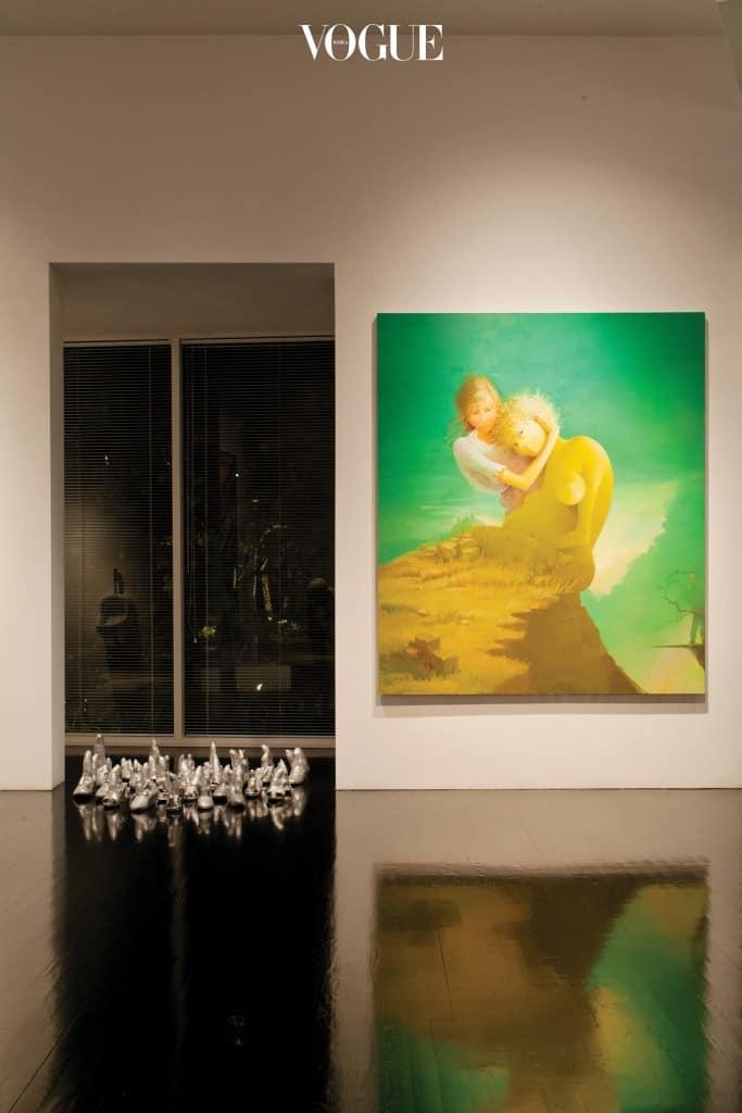 왼쪽 신발 형상은 모두 쿠사마 야요이의 작품, 오른쪽 그림은 리사 유스케이바게의 작품.